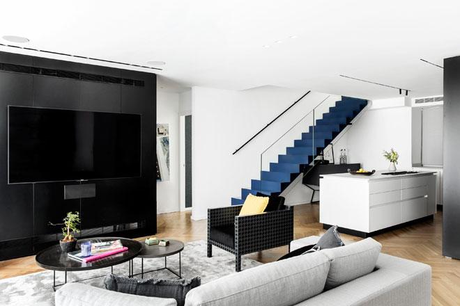 מדרגות מלכותיות בדירה שעיצבה מאיה שינברגר (צילום: איתי בנית)