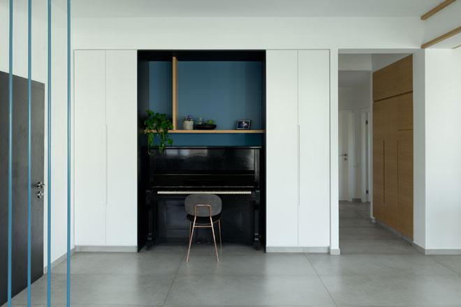 כחול כרקע לפסנתר, בדירה שעיצבה קדם שנער (צילום: גדעון לוין)