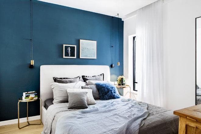 קיר אחד בגב המיטה. עיצוב: ורד בונפיליולי ופנינית שרת אזולאי (צילום: איתי בנית)