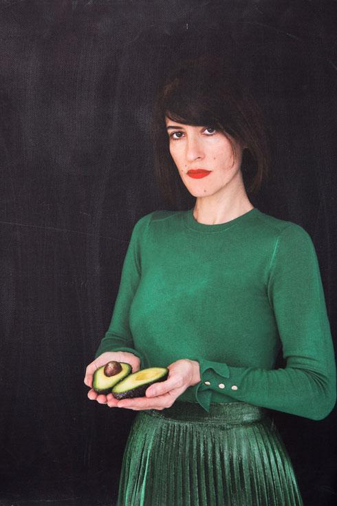 """""""להיות אישה צלמת בענף האופנה זה, בעיניי, על גבול הבלתי אפשרי"""". תמונה של קרוון בביתה (צילום: ענבל מרמרי)"""