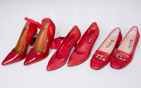 """נעליים אדומות: פראדה, קזנובה ו-H&M. """"יש לי פטיש לנעליים אדומות ולבנות. אדום זה הצבע השמח ביותר שיש. את הנעליים של פראדה קניתי בחודש תשיעי עם דורבן ברגל, בסייל בכיכר המדינה"""" (צילום: ענבל מרמרי)"""