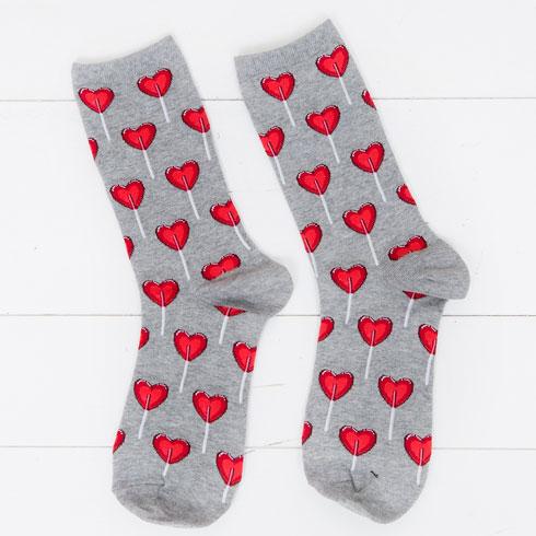 """גרביים עם הדפס לבבות. """"אבא שלי בן ה-88 עבר ליד חנות וראה גרביים עם לבבות, ורכש לי במתנה. כמעט התחלתי לבכות כשהוא הביא לי אותם. אני אוהבת לבבות כי אני מאמינה שלא משנה כמה פעמים חירבו לכם את הלב, תאמינו שאהבה אפשרית וצריך לפעמים לעשות מסע ארוך כדי למצוא אהבת אמת"""" (צילום: ענבל מרמרי)"""