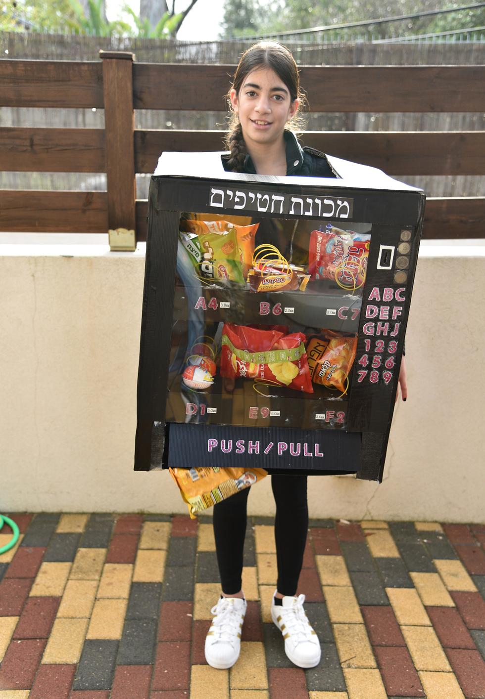 נופר מקדרון שהתחפשה למכונת ממתקים (צילום: אודי חן)