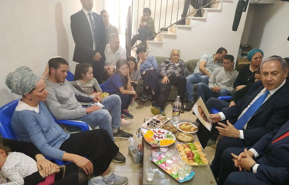 Биньямин Нетаниягу в доме семьи Этингер в Эли. Фото: Шауль Голан