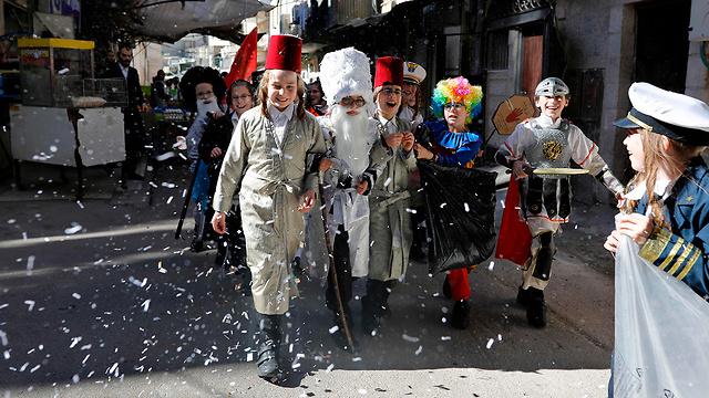 חגיגות פורים ב מאה שערים ירושלים  (צילום: AFP)