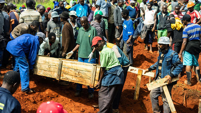 People carry coffins as mourners attend multiple burials at the Chimanimani, eastern Zimbabwe (Photo: TNS)
