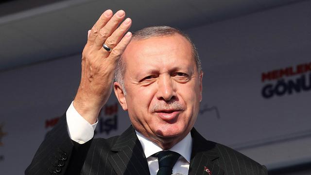 נשיא טורקיה רג'פ טאיפ ארדואן עצרת בחירות איסטנבול (צילום: AP)