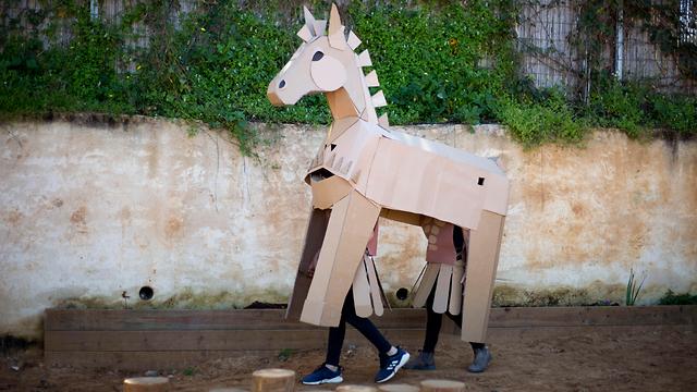 סוס טרויאני תחפושת פורים אלישיב עמק חפר (צילום: AP)