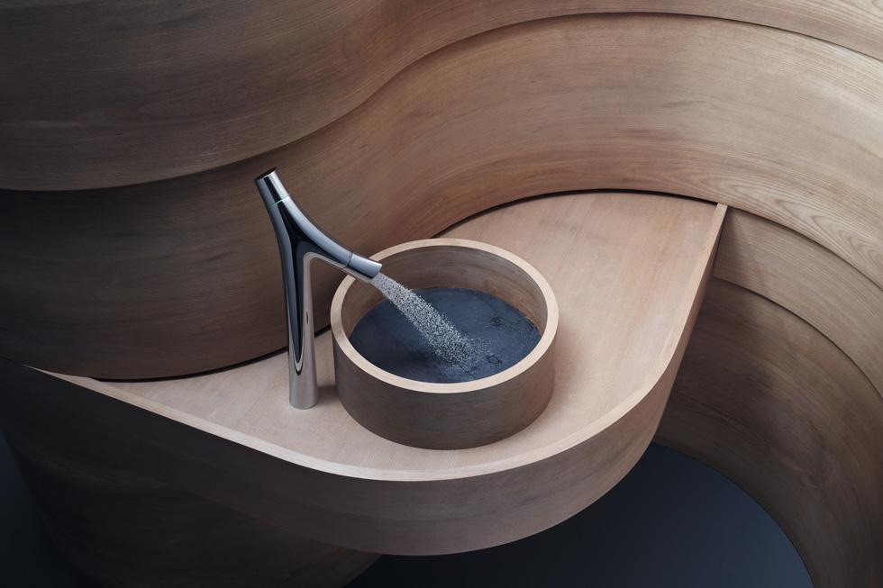 Axor נעזרת בכמה מטובי המעצבים בעולם, כמו פיליפ סטארק שאחראי לכיור ולברז האלה (צילום: PRESS AXOR)