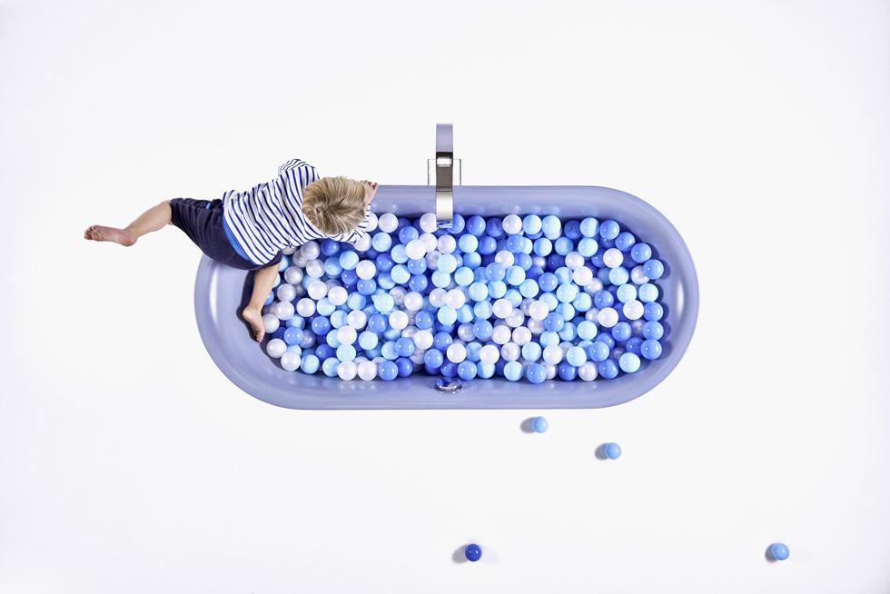 אמבטיה מלאה כדורי משחק כחולים לילדים, במקום מים, כחלק מתערוכת הקונספט שנערכה בפרנקפורט. הילדים בוודאי יעדיפו (צילום: pop-up)