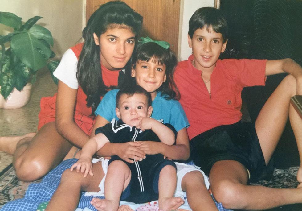 """בילדותה (משמאל), עם שלושת אחיה הצעירים. """"אנחנו חברים טובים גם בבגרותנו"""" (צילום: אלבום פרטי)"""