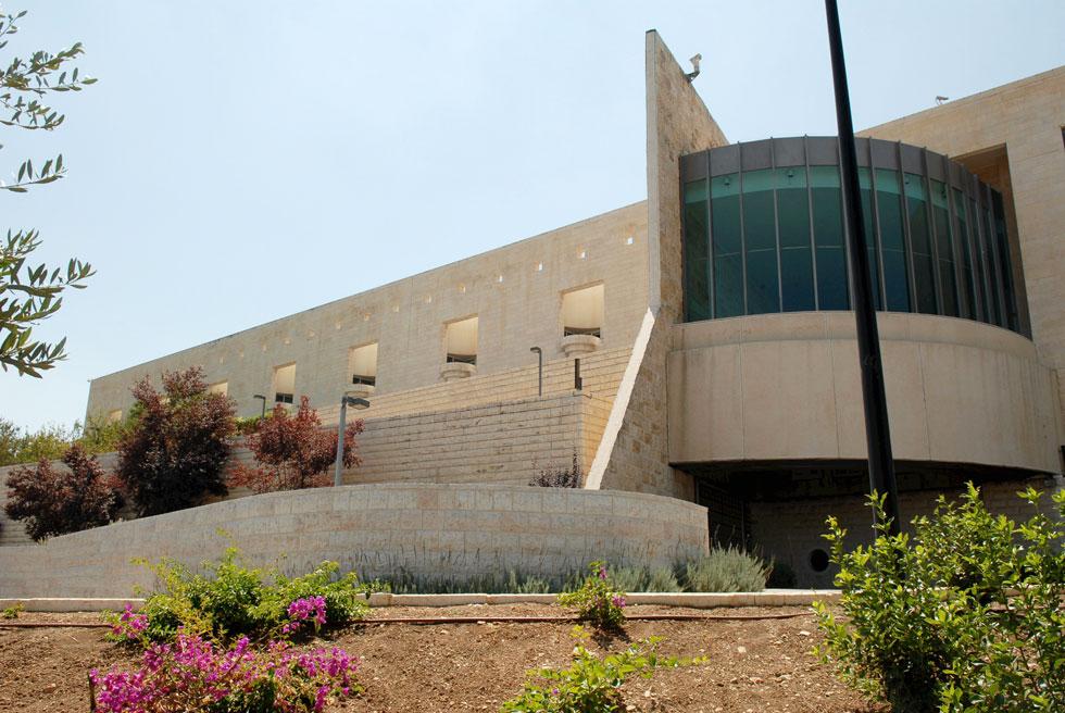 יצירתה הגדולה ביותר היא בית המשפט העליון בירושלים, בשיתוף האח רם כרמי. זיכה את שניהם בפרס ישראל לאדריכלות, שנים רבות אחרי שאביהם הלך לעולמו (צילום: מאיר אזולאי)