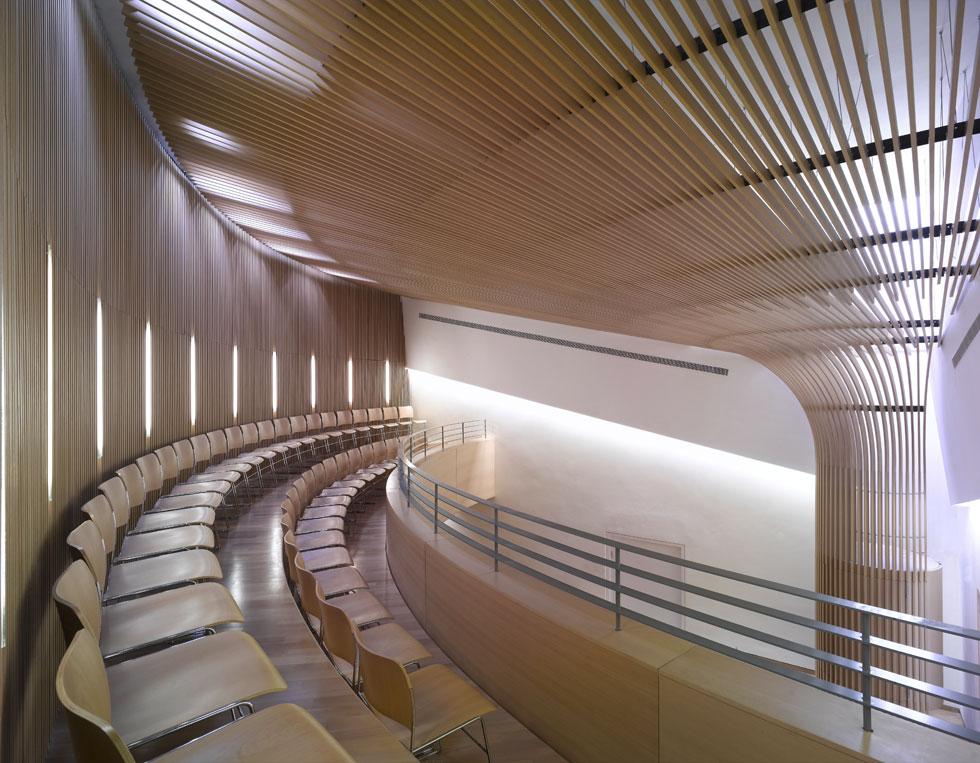 בית הכנסת בבניין האוניברסיטה הפתוחה ברעננה, עוד מבנה ענקי בתכנונה. ''בהסתכלות אחורה יש הרבה דברים שהייתי עושה אחרת'' (צילום: ארדון בר חמא)
