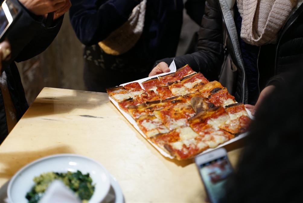 פיצה טעימה ברחוב (צילום: רועי שאלתיאל)