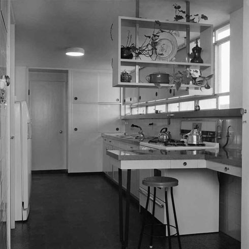 דירה שתכנן דב כרמי. היה יושב מול התוכנית של החזית, ושר לעצמו עד שימצא את המיקום הנכון של החלון (צילום: פאול גרוס)