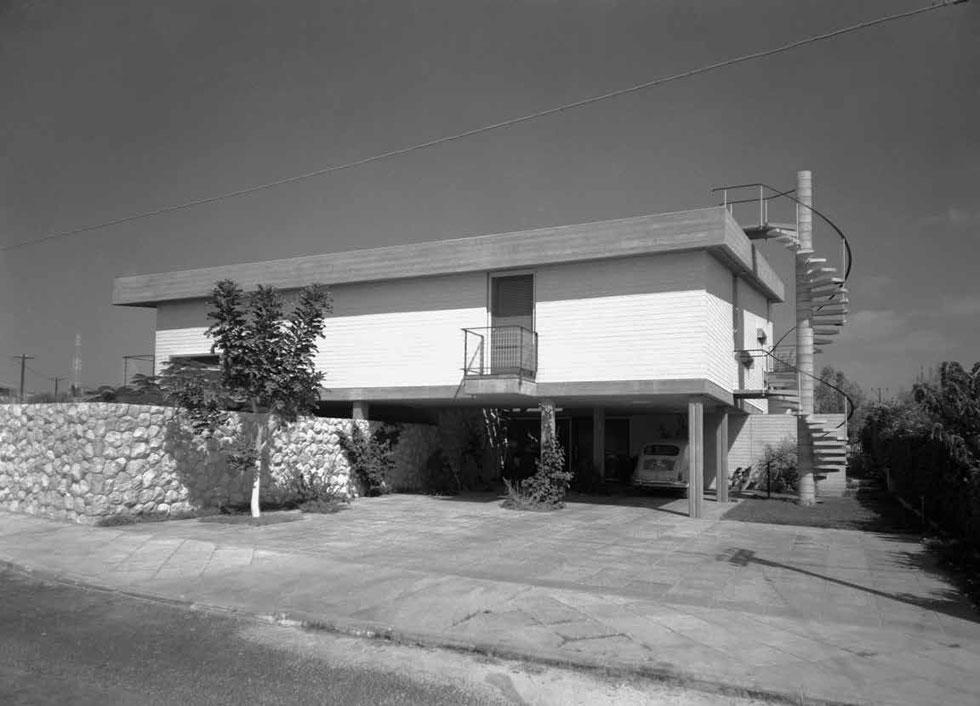 בית אברהם קליר בשכונת תל גנים, רמת גן. קופסה מרחפת מעל עמודים כשמביטים מהחזית, ''ובחזית הנגדית הוא מתיישב על הקרקע בכל כובד משקלו'' (צילום: פאול גרוס)