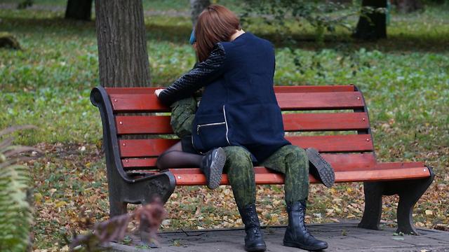 אילוסטרציה של חייל מנשק אישה (צילום: Shutterstock)