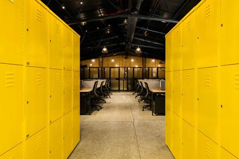 הצהוב חוזר בחלקי המתחם השונים (צילום: מושי גיטליס)