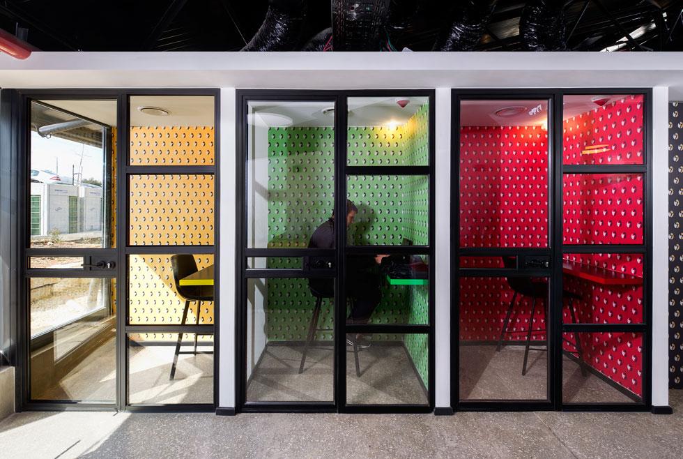 תאי טלפון קטנטנים וצבעוניים נועדו לשיחות פרטיות (צילום: מושי גיטליס)