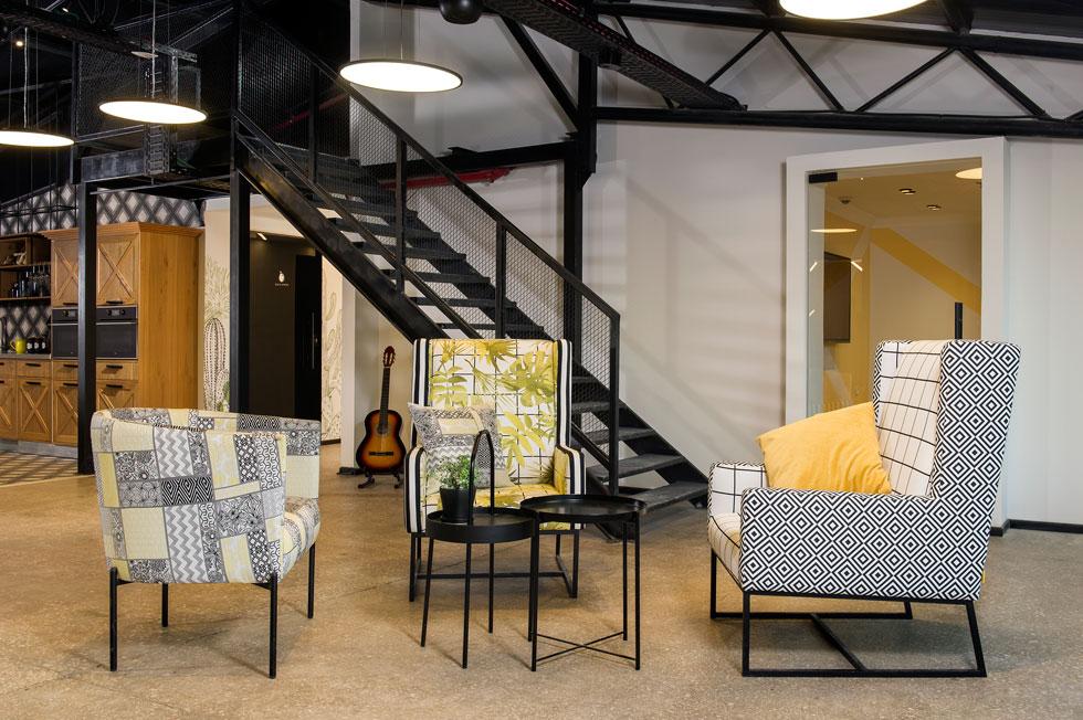 מלבד הרצפה המקורית, החומרים החדשים מתקשרים גם הם לסביבה: רשתות לולים, קורות ברזל ומנורות כלוב (צילום: מושי גיטליס)
