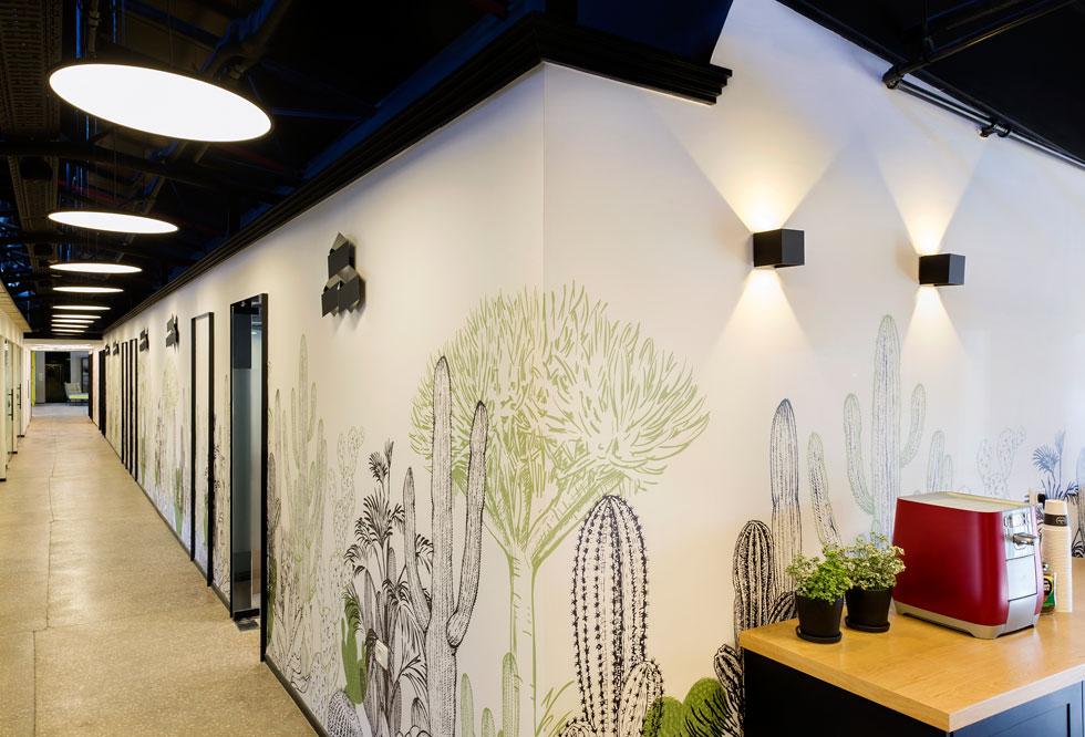 למסדרונות הפנימיים נבחרו טפטים בהדפסי קקטוסים, כדי לשמר את האווירה גם באור הפלורנסטים (צילום: מושי גיטליס)