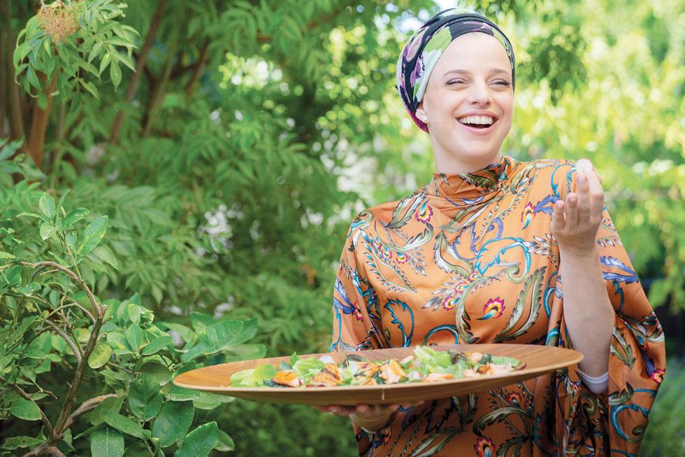 """איה קרמרמן. """"לא באתי ממסורת של אוכל מהבית, אז נכנסתי בלי בושה למסורות של כולם"""" (צילום: יעל אילן, סגנון: נעמה רן)"""