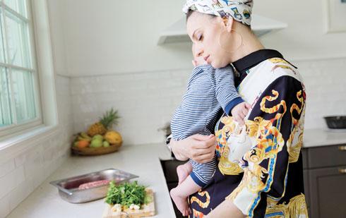 """""""סבתא שלי גדלה בלי אמא, אז גם לה אין זיכרונות של ריחות וסירים"""" (צילום: יעל אילן, סגנון: נעמה רן)"""