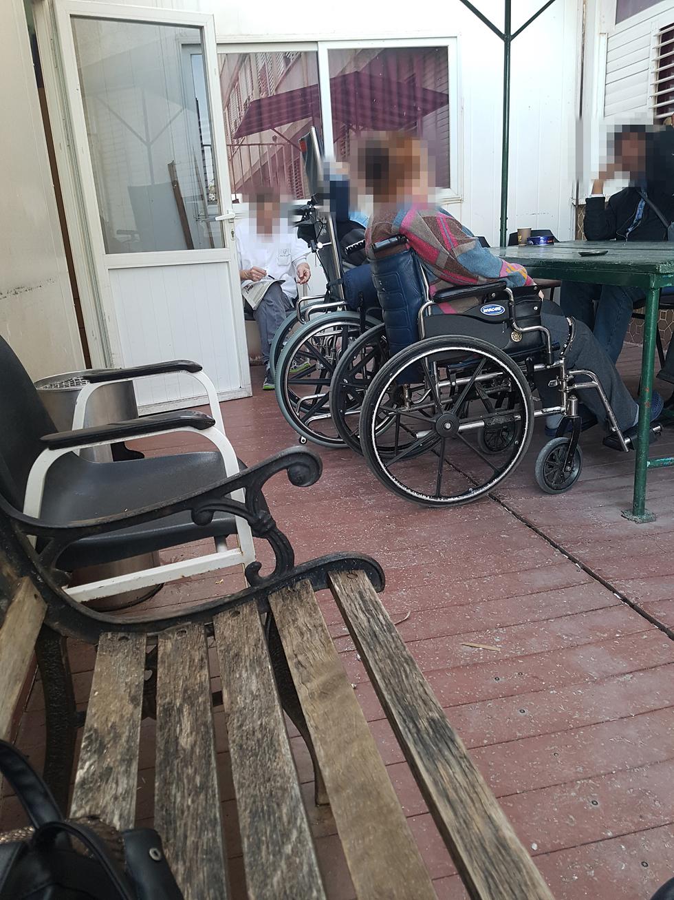 קשישים בבית אבות ברחובות ()