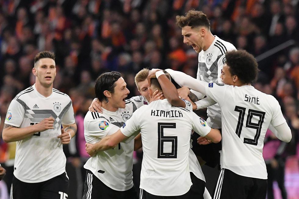 שחקני גרמניה חוגגים מול הולנד (צילום: AFP)