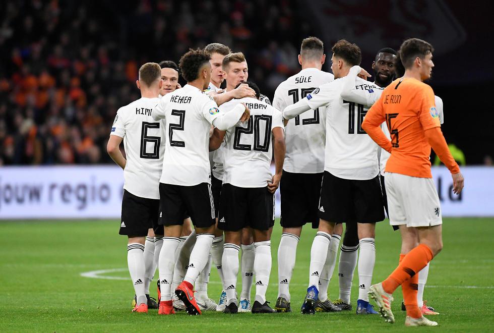 שחקני גרמניה חוגגים מול הולנד (צילום: רויטרס)
