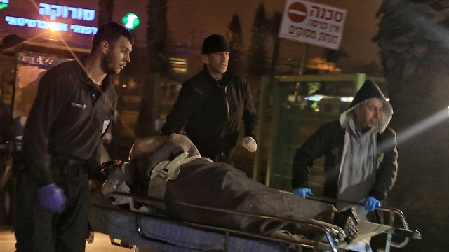 אחד הפצועים בבית החולים סורוקה (צילום: מאיר אבן חיים)