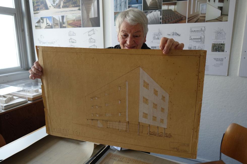 57 שנה אחרי מותו החטוף של אביה, היא מציגה לפנינו במשרדה פרויקטים שלו. ''אדריכלות שנשארה אנושית כל כך'', היא כותבת בספרה (צילום: מיכאל יעקובסון)