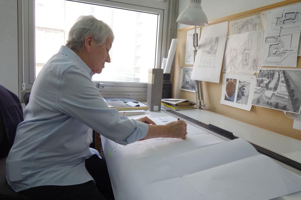 עדה כרמי-מלמד במשרדה. ''רוב הבניינים שלי מתעסקים באור, וגם בדרך'' (צילום: מיכאל יעקובסון)