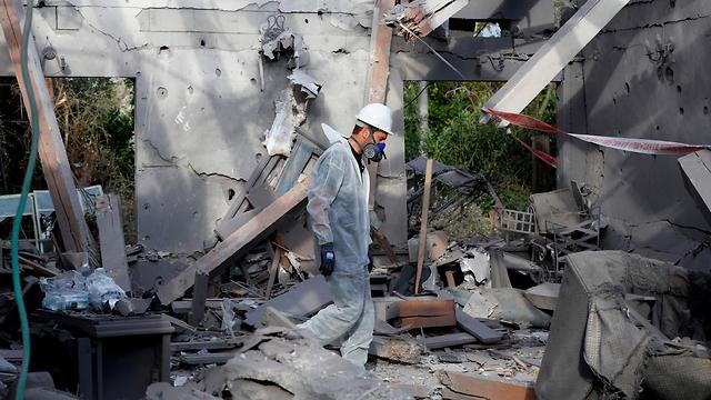 מקום הפגיעה של הטיל ששוגר מעזה לאזור השרון (צילום: AFP)