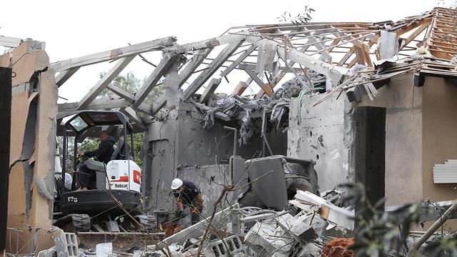 מקום הפגיעה של הטיל ששוגר מעזה לאזור השרון (צילום: EPA)