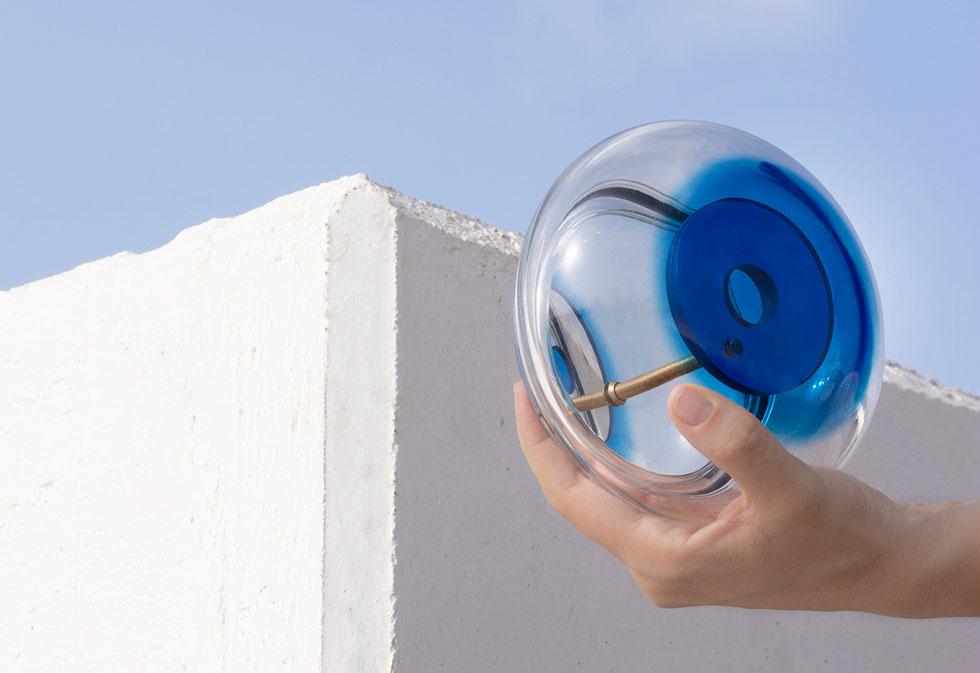 אובייקט קיר נגד עין הרע, בעיצוב דפי רייס דורון. בועת זכוכית שנופחה בעבודת יד ומכילה כמה מראות, היוצרות אפקט של אינסוף והזמנה למבט פנימי (צילום: הילה מרסל קוק)