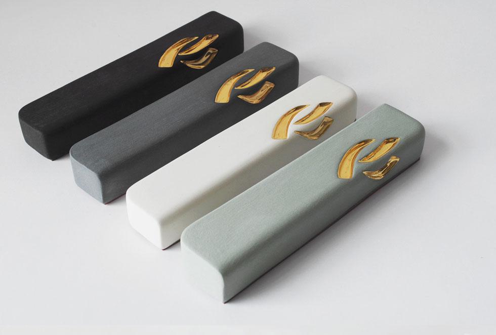 מזוזות בעיצוב סטודיו ''יהלומיז''. בקולקציה החדשה יש גם מזוזה שחורה - צבע אהוד בעיצוב הפנים העכשווי, אבל נדיר למדי בעולם המזוזות (צילום: Yahalomis)