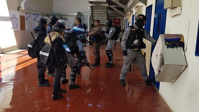 פעילות חיפושים במספר אגפים בטחוניים היום בכלא קציעות (צילום: דוברות שב