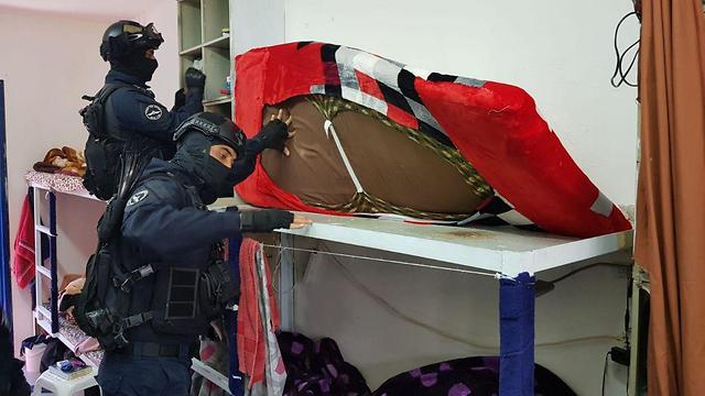 Guards search the cells of Hamas prisoners at Ketziot Prison (Photo: IPS) (Photo: Israel Prison Service)