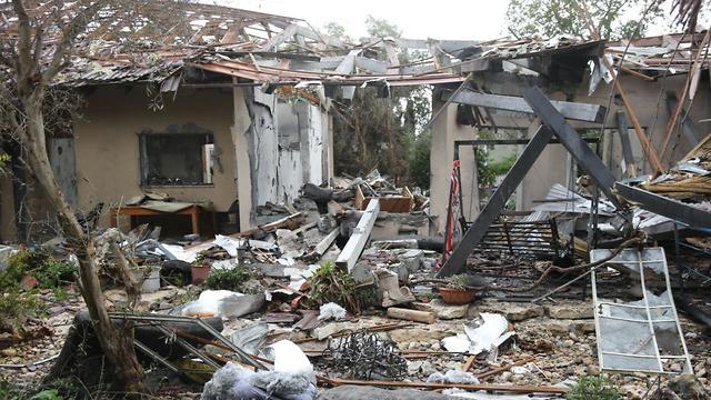 Дом в поселке Мишмерет, разрушенный ракетой ХАМАСа. Фото: Моти Кимхи