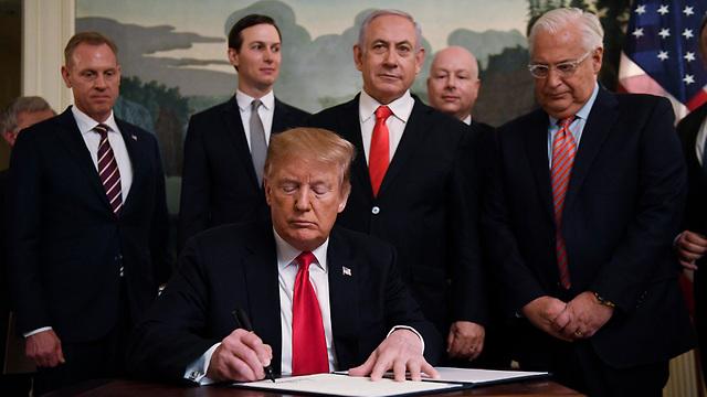 Trump signing declaation on Golan