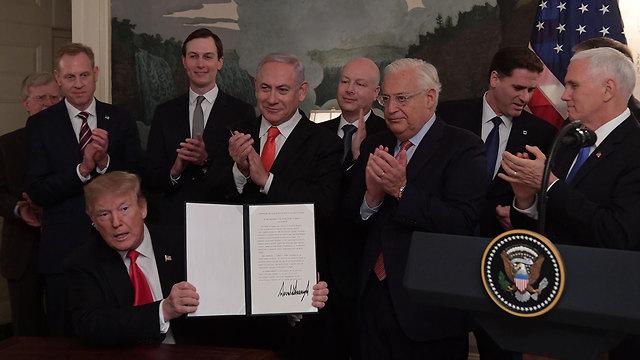 Trump signs decree at WH (Photo: GPO)