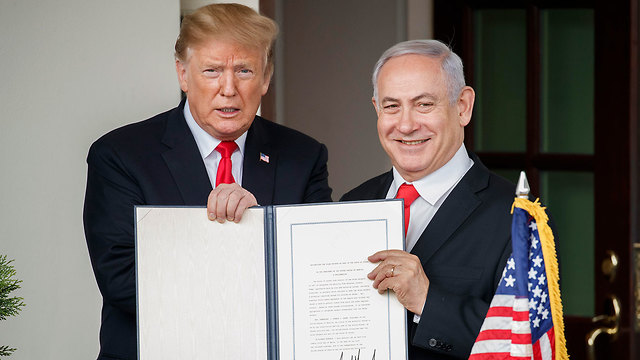 Trump and Netanyahu with the US declaration (Photo: EPA)