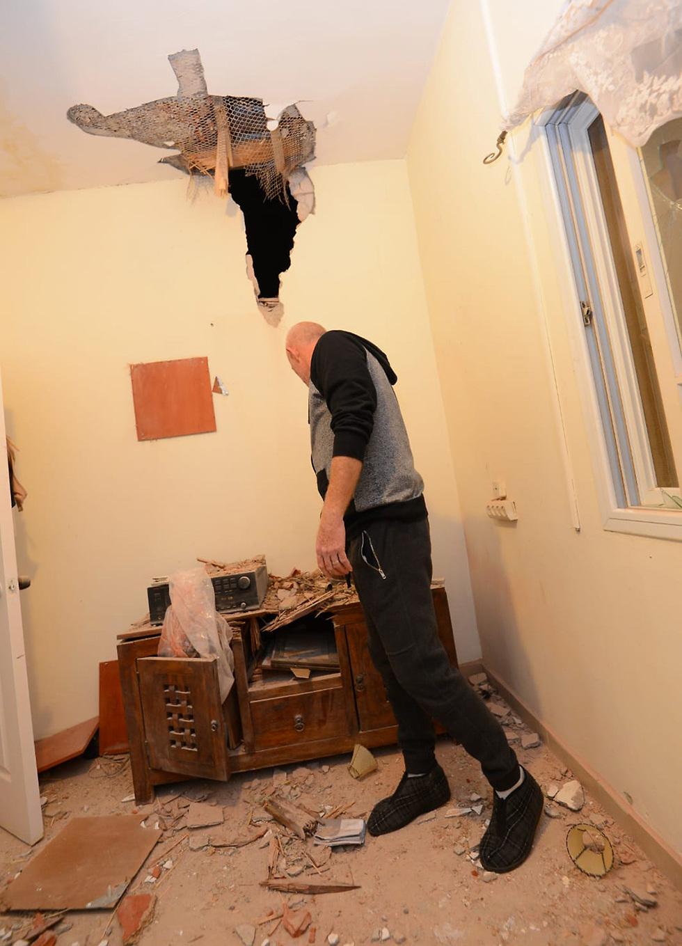 Gaza rocket directly hits a house in Sderot (Photo: Avi Rokah)