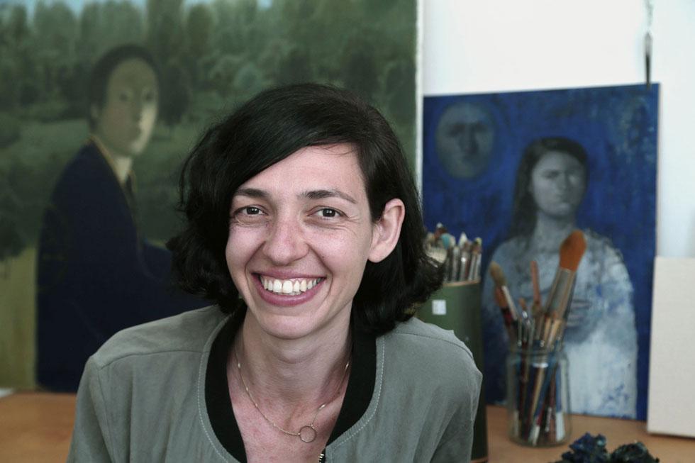 """רונית גולדשמידט על רקע יצירותיה. """"יש סיטואציות שבהן אני מרגישה שלספר על עצמי זה כמו לצאת מהארון""""  (צילום: צביקה טישלר)"""