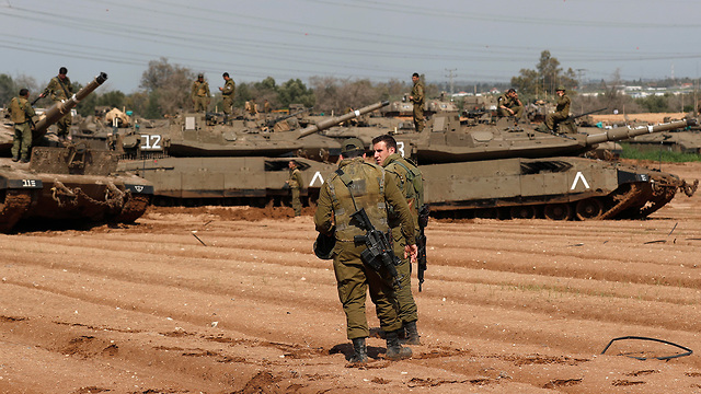 טנקים בעוטף עזה (צילום: EPA)