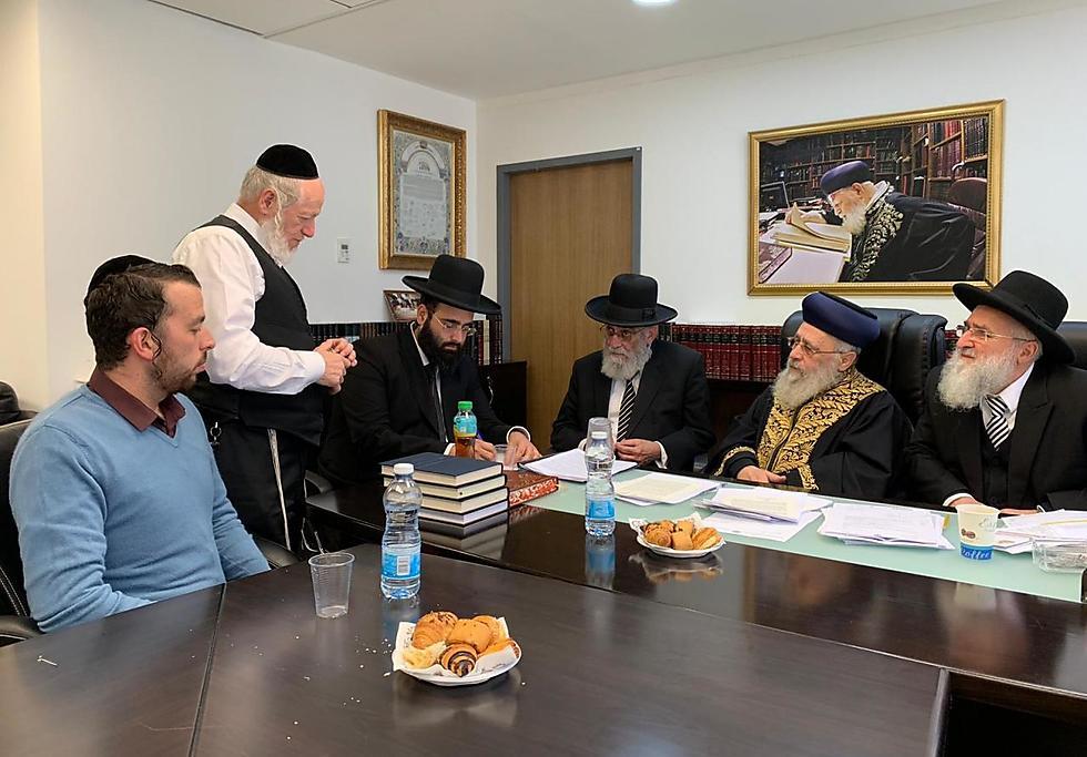 הוועדה התכנסה היום בראשית הרב הראשי יצחק יוסף, יהודה משי-זהב ונציגי משרדים שונים ()