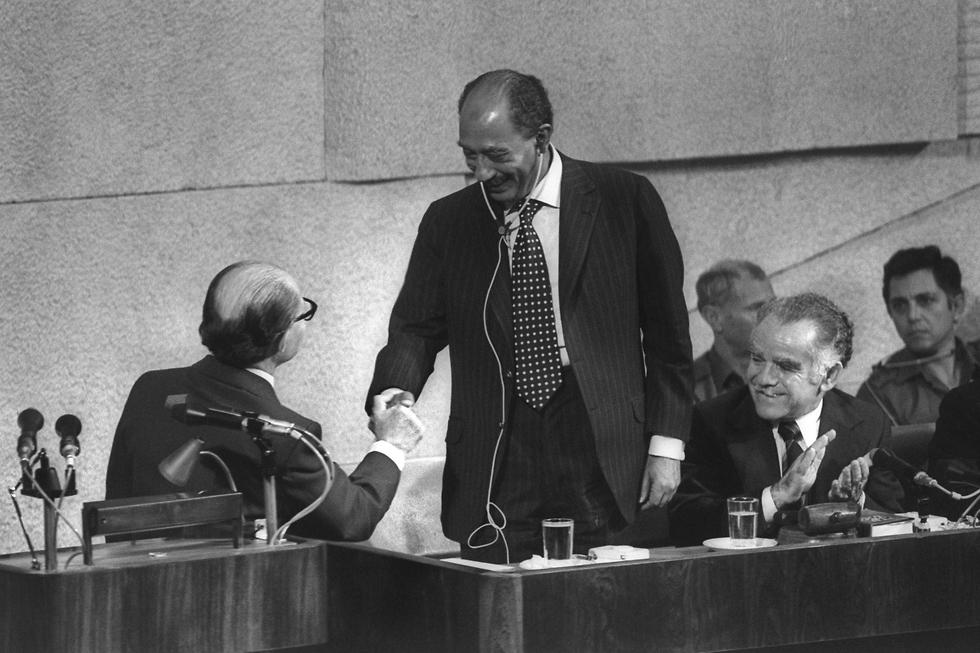Menachem Begin and Anwar Sadat at the Knesset on November 20, 1977  (צילום: gettyimages)