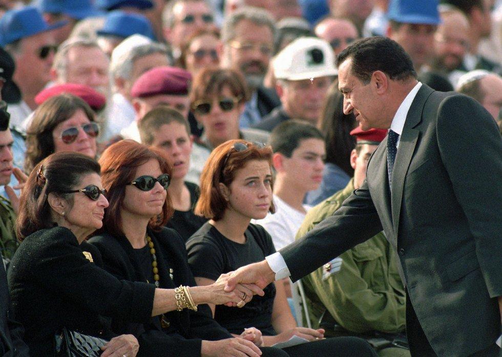 חוסני מובארכ לוחץ יד ללאה רבין בהלוויתו של יצחק רבין (צילום: AP)