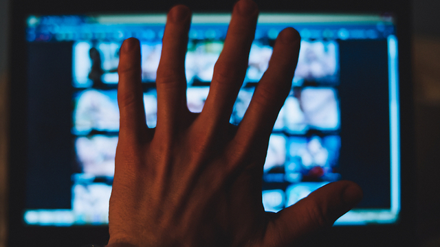 צפייה במסך (צילום: shutterstock)